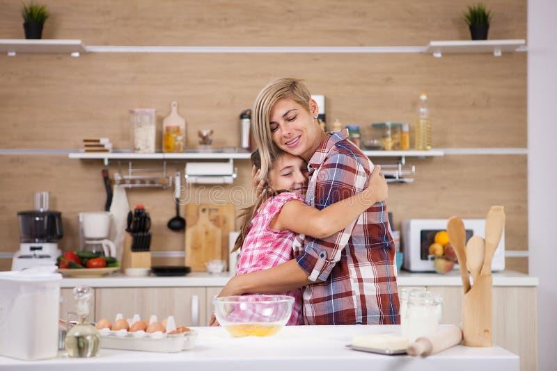 Bereidt de kind leping moeder heerlijk voedsel voor beiden voor stock foto's