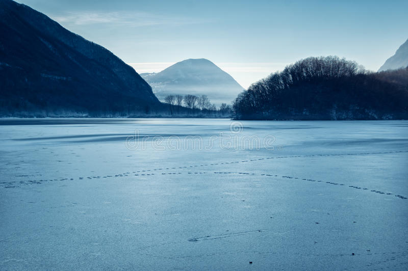 Bereifter See in Nord-Italien - Lago di piano lizenzfreie stockfotos