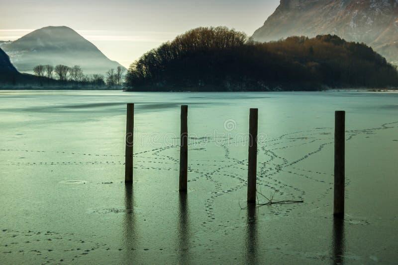 Bereifter See in Nord-Italien - Lago di piano stockfotografie