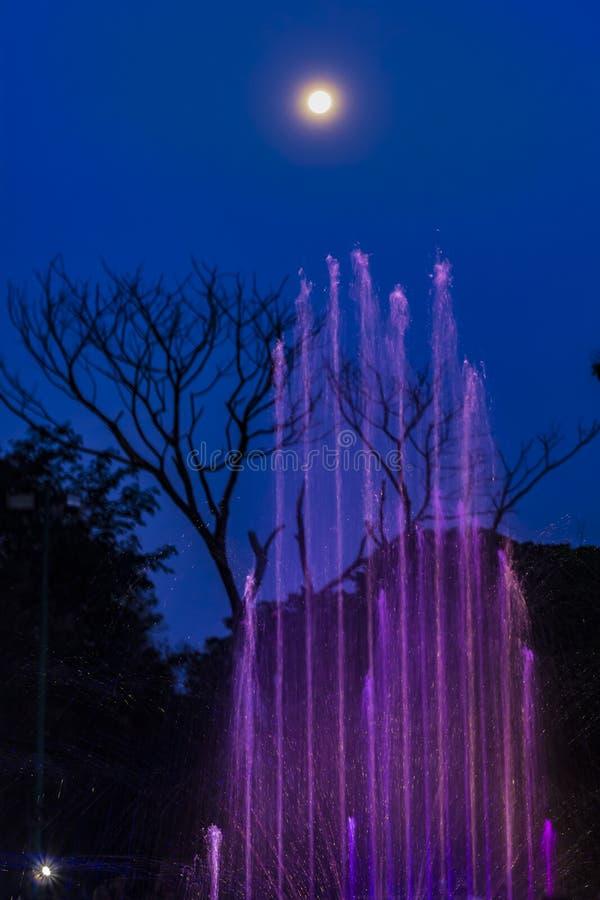 Bereik de Hemel - Waterfonteinen die uit voor de volle maan bereiken royalty-vrije stock foto