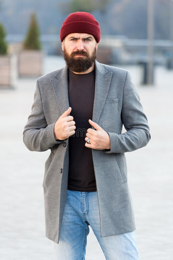 Bereik gewenste pasvorm Hipsteruitrusting en hoedentoebehoren Modieuze toevallige uitrustingslentetijd Menswear en mannelijke man stock fotografie