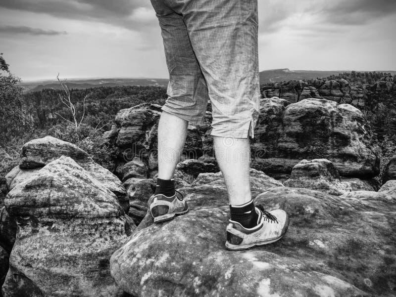 Bereikte top van bergpiek De toerist neemt een rust stock fotografie