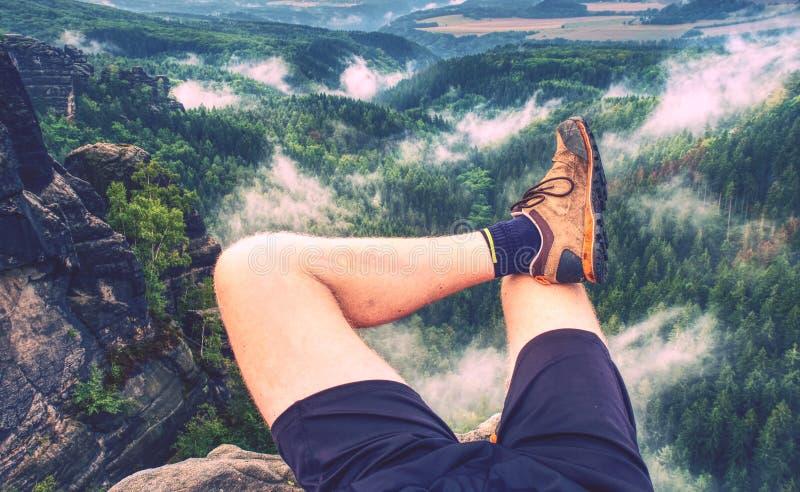Bereikte top van bergpiek De toerist neemt een rust stock afbeeldingen