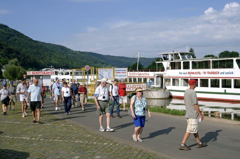 Bereisen Sie Boot und Touristen auf Fluss Mosel, Deutschland lizenzfreie stockfotos