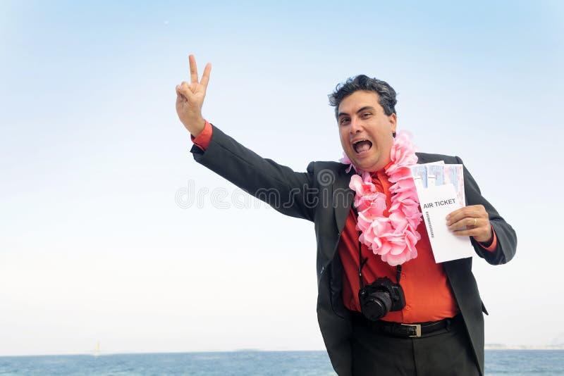 Bereiten Sie für einen Feiertag vor: Geschäftsmann auf dem Strand stockfoto