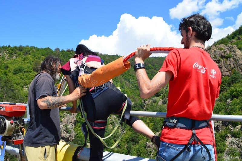 Bereiten Sie für einen 230-Fuß-hohen Federelementsprung vor stockfotos