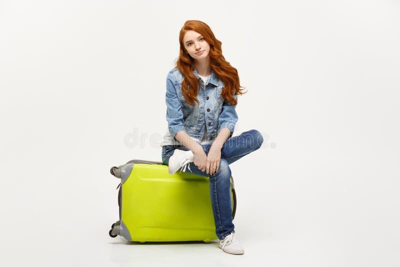Bereiten Sie für Ferien vor Reisendes Konzept Junge aufgeregte kaukasische Frau, die auf dem Gepäck sitzt Lokalisiert auf Weiß stockfotos