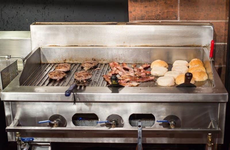 Bereiten Sie Hamburger zu lizenzfreies stockbild