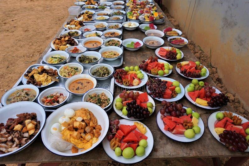 Bereiten Sie Lebensmittel für Mönche in der thailändischen Tradition zu stockbild