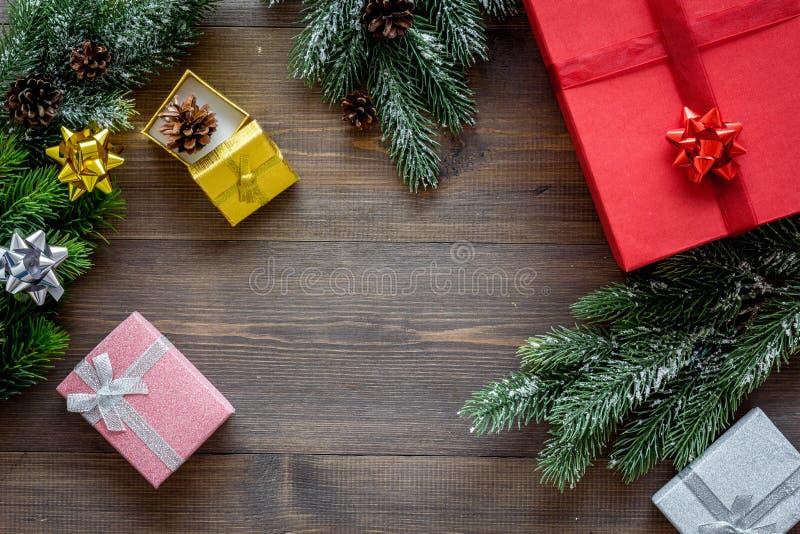 Bereiten Sie neues Jahr und Weihnachten 2018 Geschenke in den Kästen auf hölzernem Hintergrundspitze veiw Modell vor stockbild