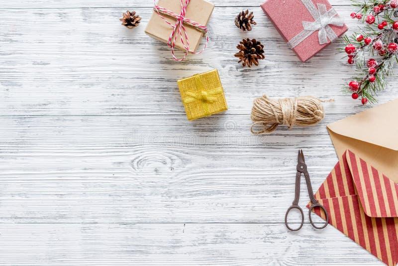 Bereiten Sie neues Jahr und Weihnachten 2018 Geschenke in den Kästen und Umschläge auf hölzernem Hintergrundspitze veiw Modell vo lizenzfreie stockfotos