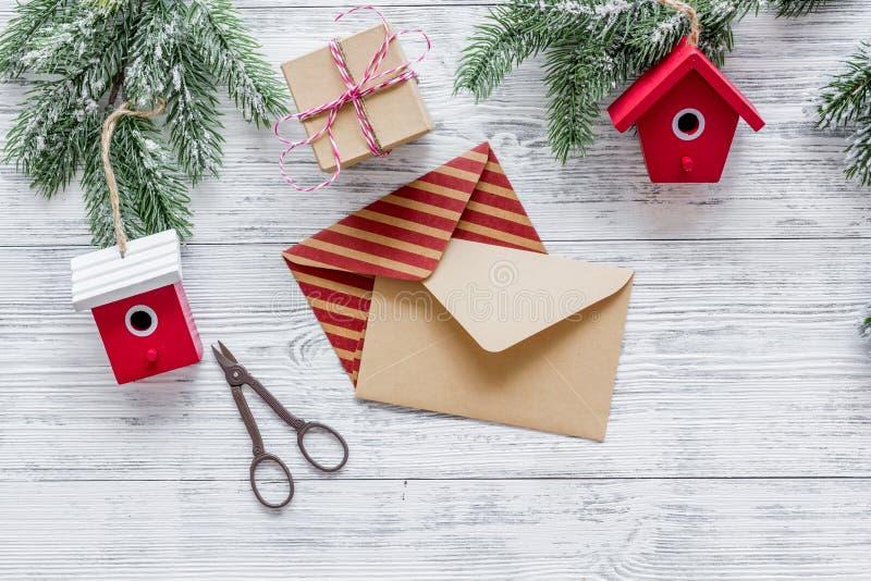 Bereiten Sie neues Jahr und Weihnachten 2018 Geschenke in den Kästen und Umschläge auf hölzernem Hintergrundspitze veiw vor stockfoto