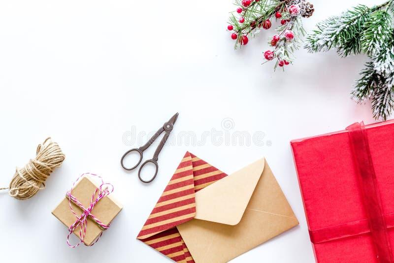 Bereiten Sie neues Jahr und Weihnachten 2018 Geschenke in den Kästen und Umschläge auf weißem Hintergrundspitze veiw Modell vor lizenzfreies stockbild