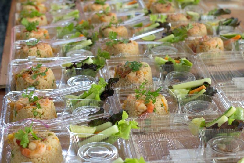 Bereiten Sie Reis für heraus die Tür zu, die Plastikkasten isst