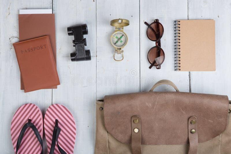 Bereiten Sie sich für Reise in Afrika-Art - Zusätze und Reiseeinzelteile vor und Kleidung im Rucksack verpacken: Rucksack, Pass,  stockbild