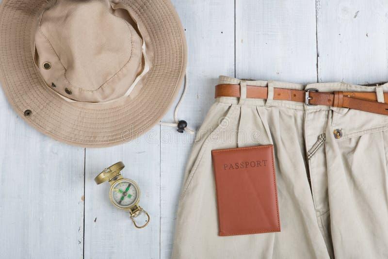 Bereiten Sie sich für Reise in Afrika-Art - Zusätze und Reiseeinzelteile vor und Kleidung im Rucksack verpacken: Rucksack, Pass,  lizenzfreies stockfoto