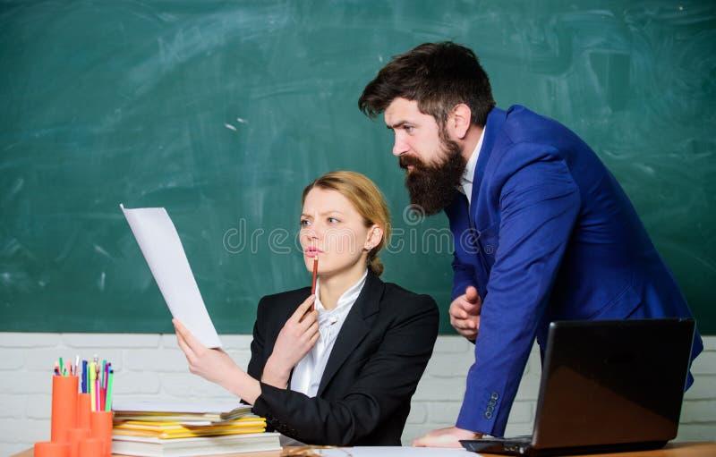 Bereiten Sie sich f?r Schullektion vor Improve unterrichtende F?higkeit Beraten Sie sich mit Kollegen Helfen Sie mir mit Dokument lizenzfreie stockfotos