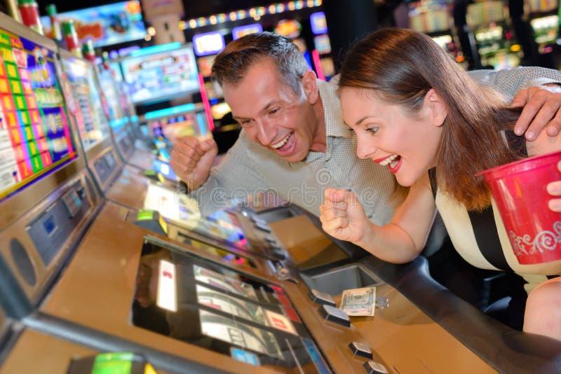 Bereiter Spielautomatsieg der Paare stockfotos