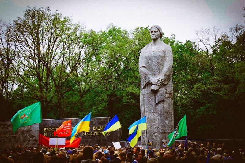 Bereits mehr als 40 Jahre verstrichen vom Tag des Sieges über Faschismus, und Leute kommen jedoch zu den Denkmälern des Kampf-Ruh lizenzfreie stockfotos