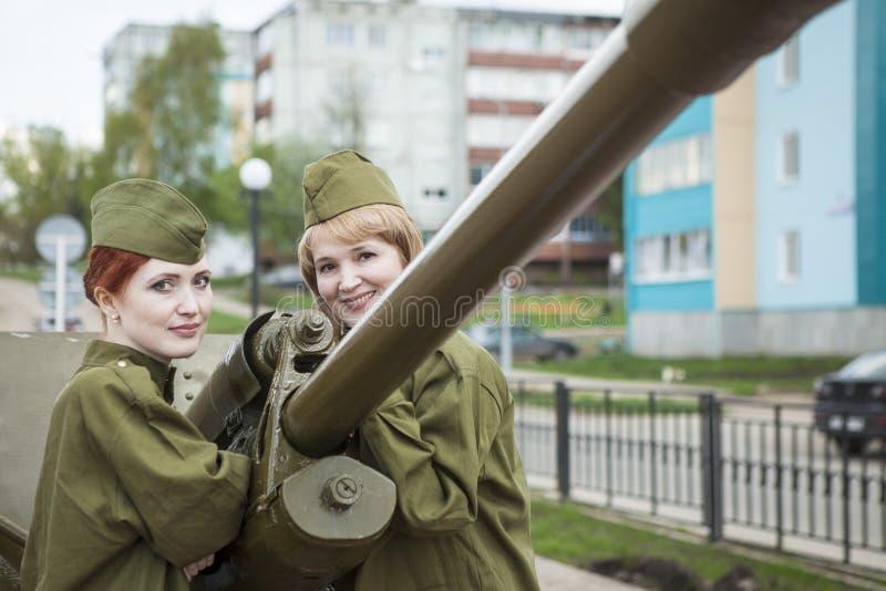 Bereits mehr als 40 Jahre verstrichen vom Tag des Sieges über Faschismus, und Leute kommen jedoch zu den Denkmälern des Kampf-Ruh lizenzfreie stockbilder
