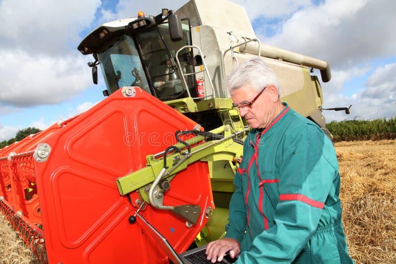 Bereitstehende Erntemaschine des Landwirts lizenzfreies stockbild