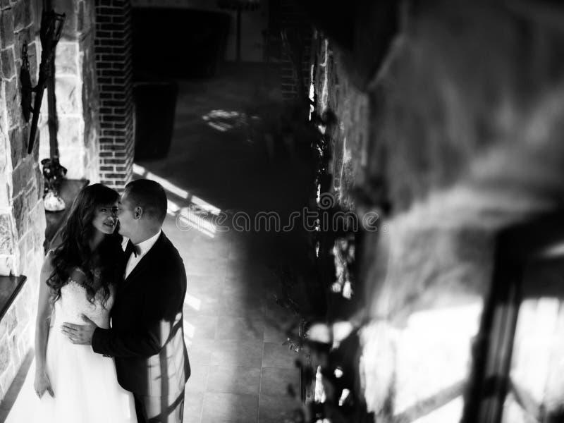 Bereitstehende Fensterumfassung des schönen jungen verheirateten Paars vertraulich stockfoto