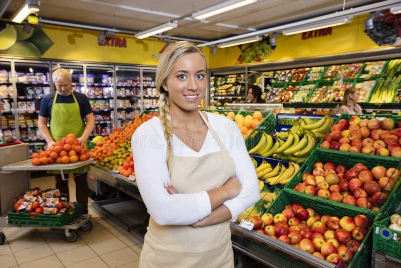 Bereitstehende Frucht-Kisten Verkäuferin-With Arms Crosseds lizenzfreie stockfotos