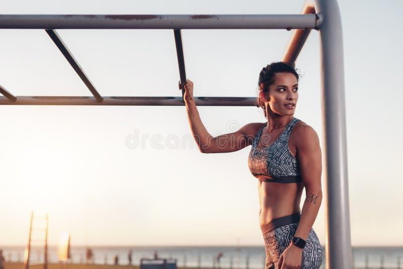 Bereitstehende Kletterstangen der muskulösen Frau stockbilder