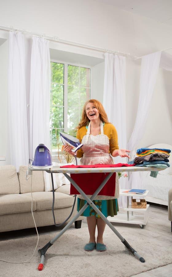 Bereitstehendes Bügelbrett der Foxy Hausfrau lizenzfreies stockfoto