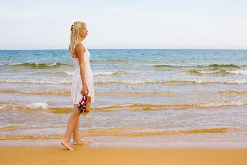 Bereitstehendes Meer des Mädchens stockfotografie