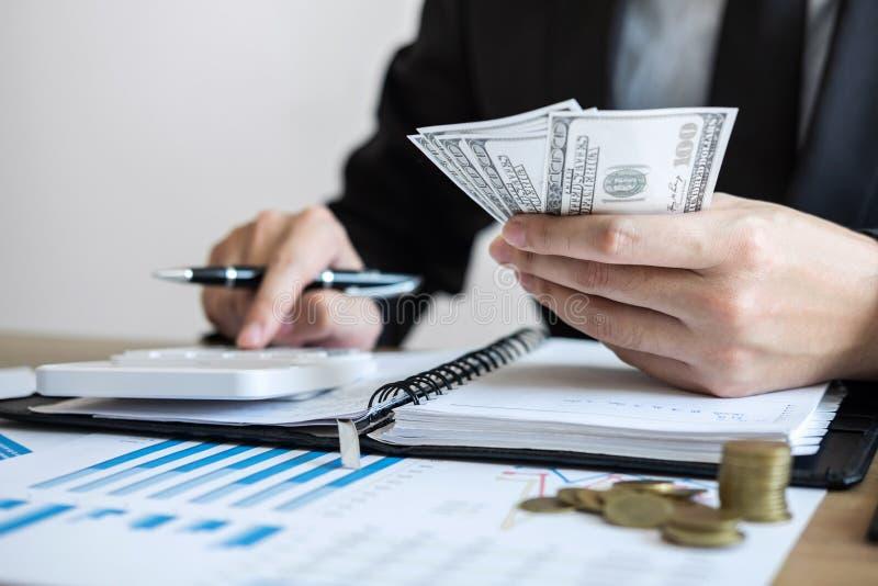 Berekenen het tellende geld van de zakenmanaccountant en het maken van nota's bij rapport die financiën doen en over investerings stock afbeeldingen