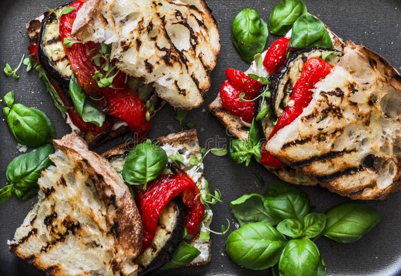 Berenjena asada a la parrilla, pimienta, bocadillos del pan del ciabatta - bocado sano del verano Comida de la comida campestre fotografía de archivo libre de regalías