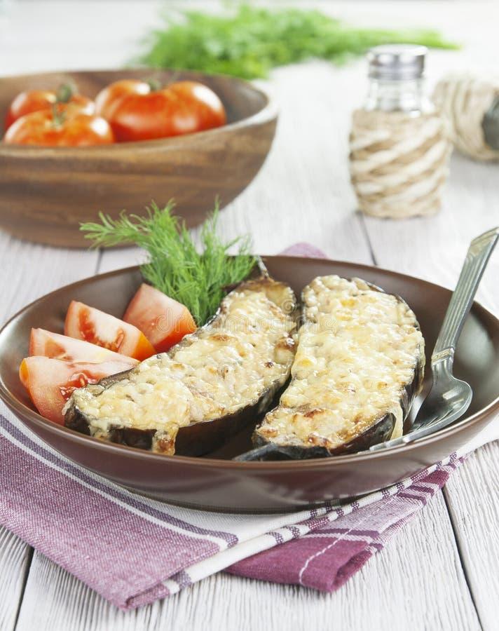 Berenjena cocida con la carne y el queso fotos de archivo