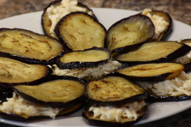 Berenjena frita con aceite de girasol cortado fino y tostado, con un crustlaid de oro hacia fuera en una placa para rellenar rápi imagen de archivo libre de regalías
