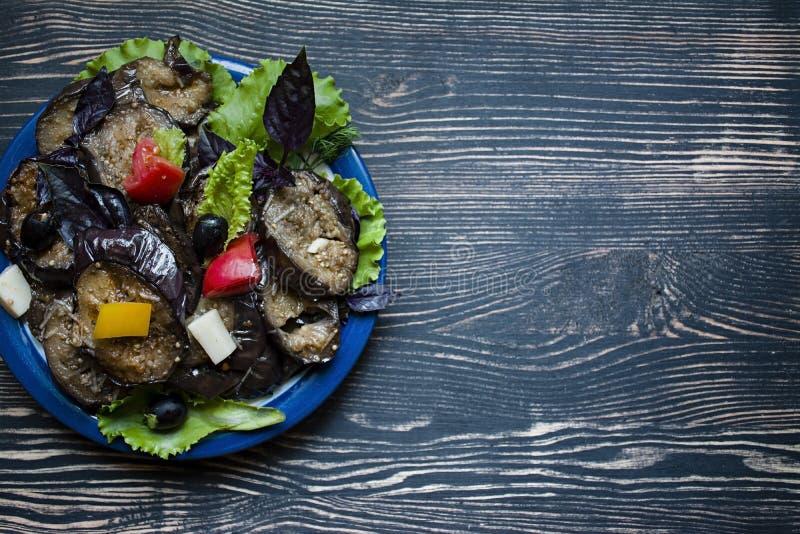 Berenjena frita con la ensalada y las especias frescas foto de archivo libre de regalías