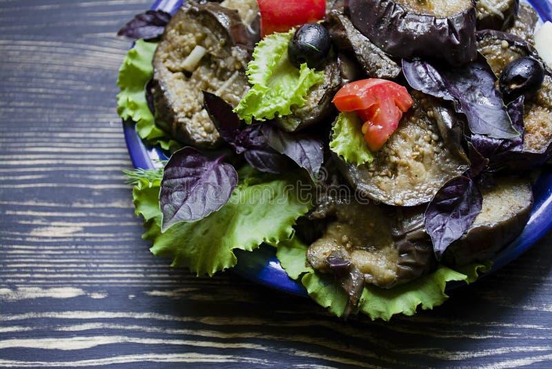 Berenjena frita con la ensalada y las especias frescas fotos de archivo libres de regalías