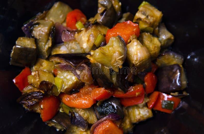Berenjenas y pimienta con el sause del ajo, de la cebolla y de la soja, receta china fotografía de archivo libre de regalías