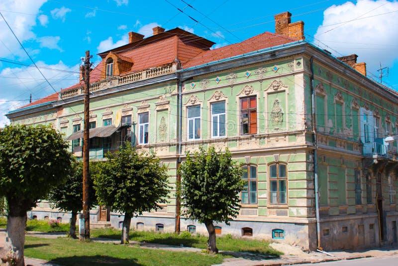Berezhany, Ucrania - 24 de agosto de 2013: Viejas casas en las calles de una pequeña ciudad ucraniana fundada en 1375, ahora la p imagen de archivo libre de regalías