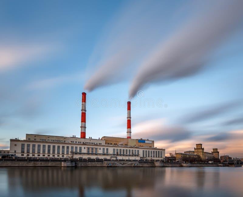 Berezhkovskaya invallning och kraftverk i Moskva arkivfoton