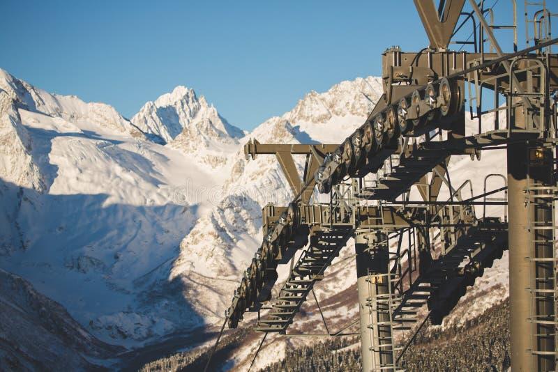 Bergöverkant i bergen av Dombai, Kaukasus arkivbild