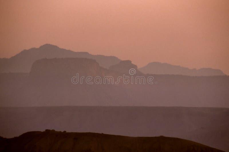 berg över områdesolnedgång royaltyfria bilder