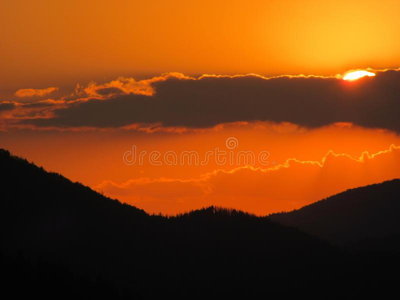berg över solnedgång royaltyfria foton