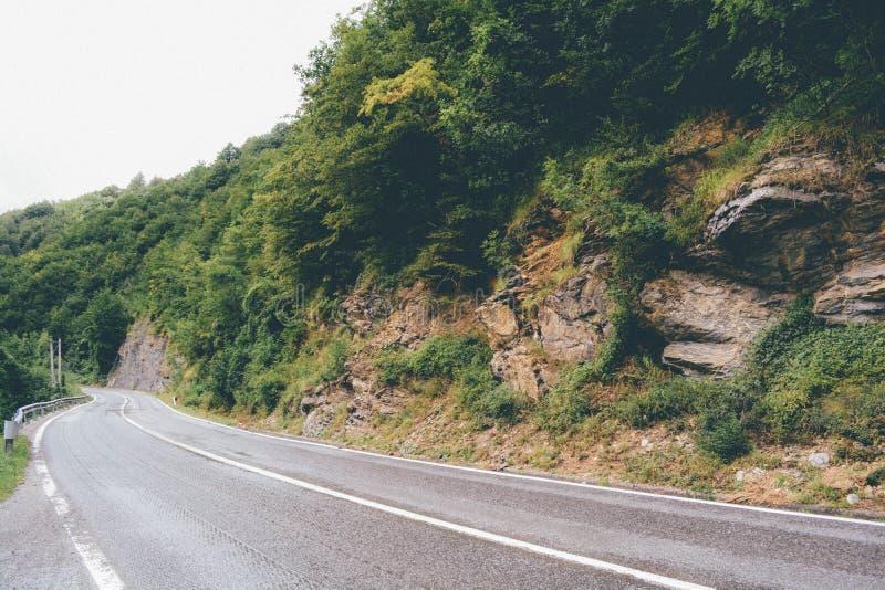 Berg över vägen arkivbild