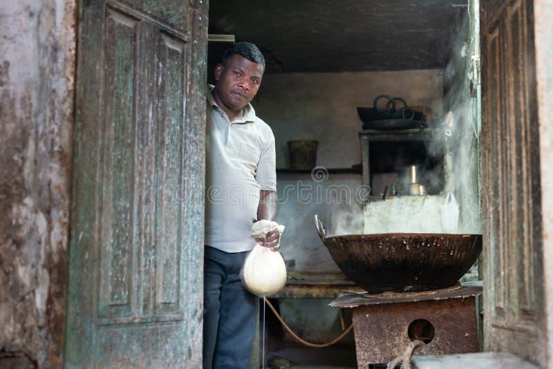 Berg Abu/India-12 02 2019: Der Geschäftsmann, den selbst gemachten Käse produzierend lizenzfreie stockbilder