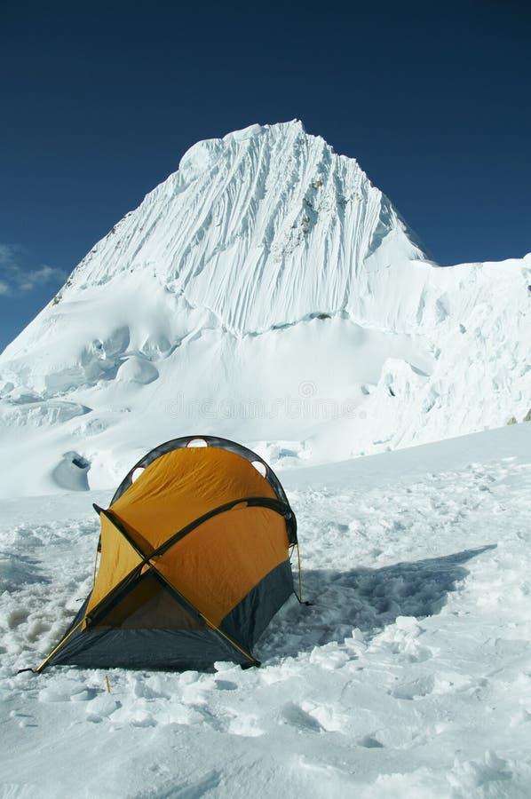 Berg Alpamayo en hoge tent royalty-vrije stock afbeelding