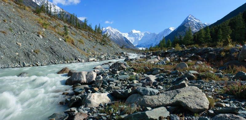 Berg Altai. De rivier Akkem, een soort op Whi stock afbeeldingen