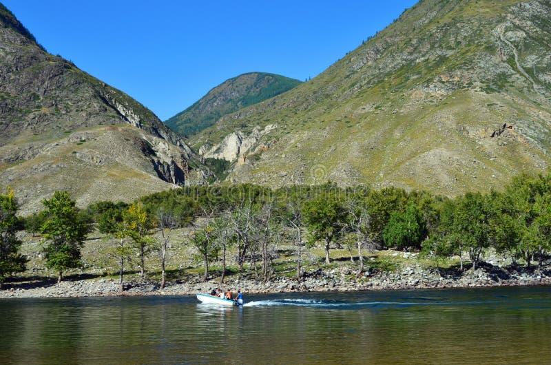 Berg Altai Kreuzung des Chulyshman-Flusses durch Motorboot lizenzfreie stockfotos