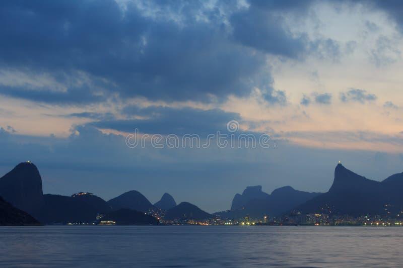 Berg av den Rio de Janeiro nattsikten från Niteroi royaltyfri foto