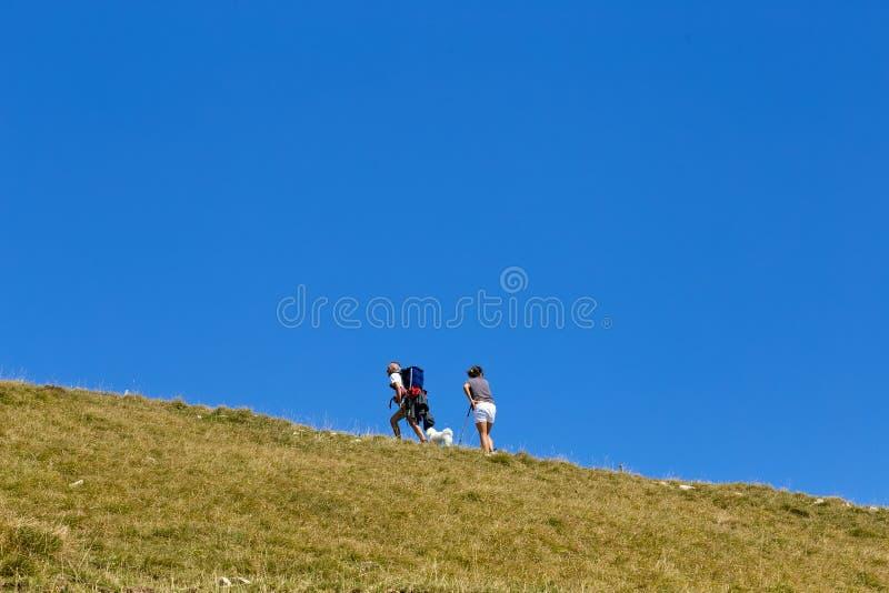 Berg Baldo, Italien - 15. August 2017: gehender Gebirgstourismus Leute klettern den Berg stockbilder
