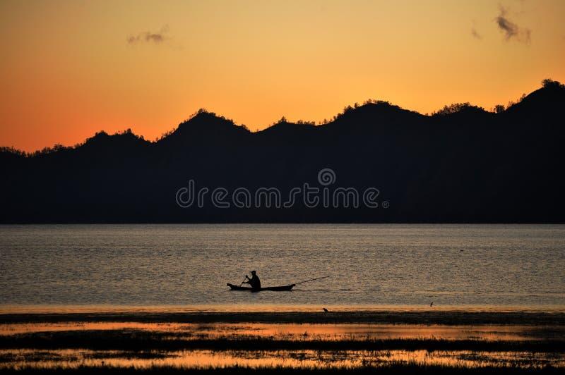 Berg Batur und einsames Boot stockfoto